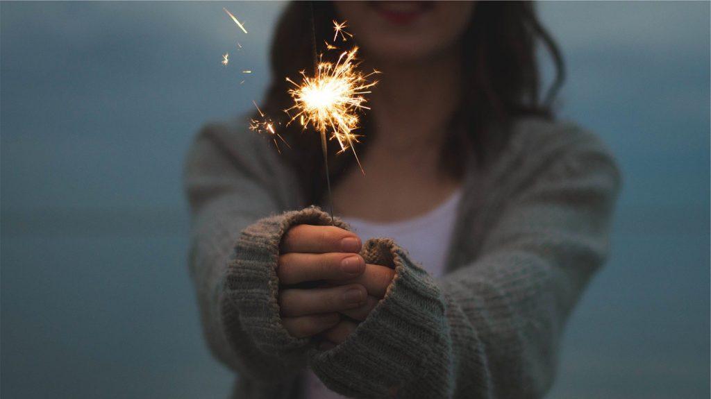 花火を持っている女性