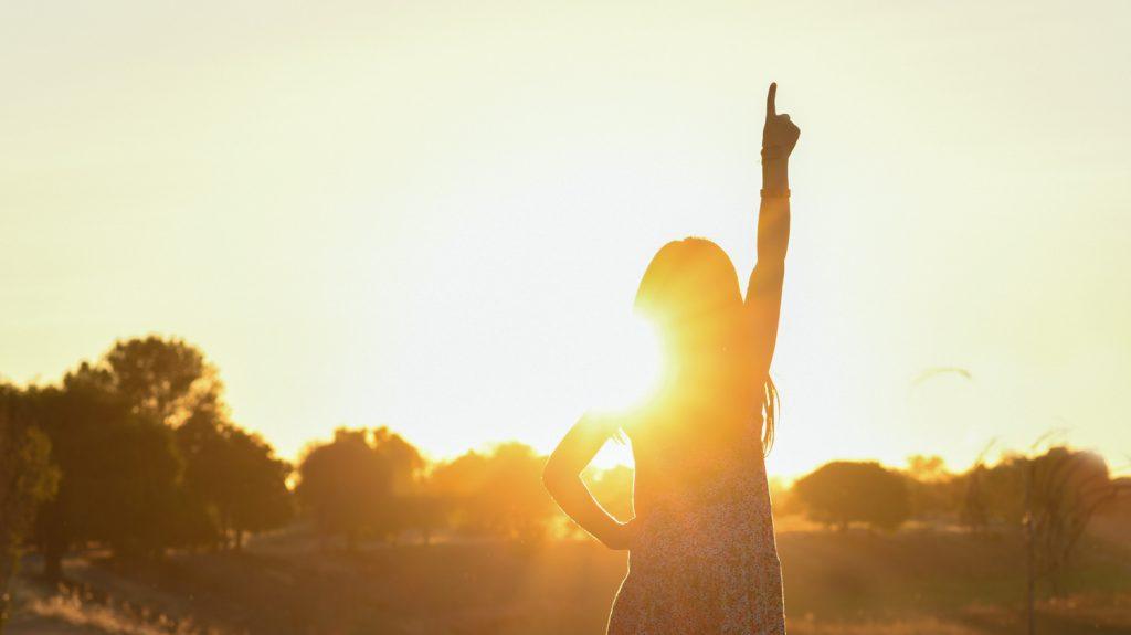 太陽を浴びて光っている女性